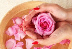 ماء الورد والنشا لتنعيم البشرة